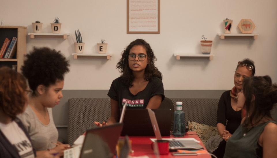 Barbara Paes with young women in a workshop